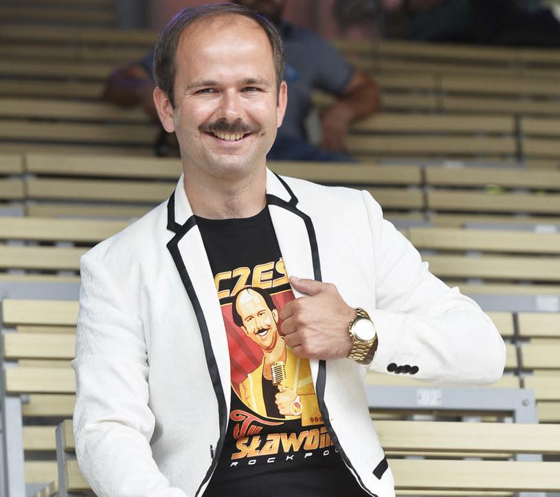 """Aktor, showman, prekursor gatunku rock polo i prowadzący program """"Big Music Quiz"""". Jak przyznaje Sławomir, jego sukces to zasługa poczucia humoru oraz dystansu do siebie i do branży."""