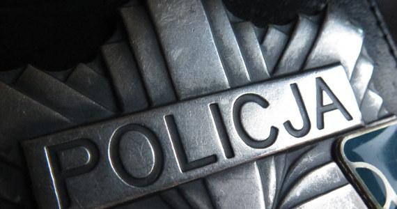 Policjanci zatrzymali dwóch mężczyzn, którzy kilkukrotnie włamali się do domu w Wójtowej w powiecie gorlickim. Przestępców udało się ustalić dzięki myjce do okien, bo mieszkanka Biecza przypadkiem zauważyła skradziony przedmiot w ich samochodzie.