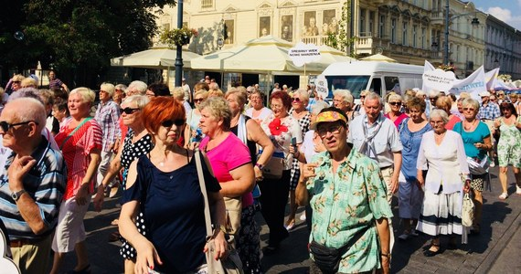 Srebrne chusty, flagi i kwiaty we włosach – to symbole tegorocznej Parady Seniorów, która przeszła ulicą Piotrkowską w Łodzi.