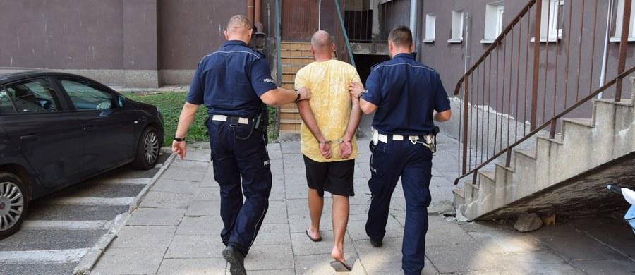 Malborski sąd zdecydował o tymczasowym aresztowaniu 24-letniego mężczyzny, który przewoził w bagażniku samochodu ciało swojej matki. Wstępne ustalenia po sekcji zwłok kobiety wskazują na pobicie jako przyczynę śmierci..