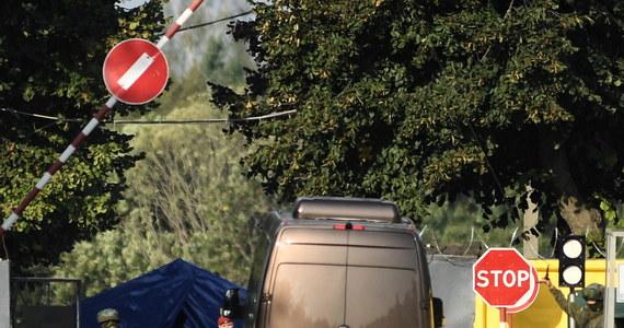 Polscy prokuratorzy zakończyli w piątek oględziny wraku Tu-154M w Smoleńsku. Bus z delegacją – przedstawicielami prokuratury i technikami kryminalistycznymi – wyjechał z lotniska Smoleńsk Północny około godz. 15.40 czasu lokalnego (14.40 czasu polskiego).