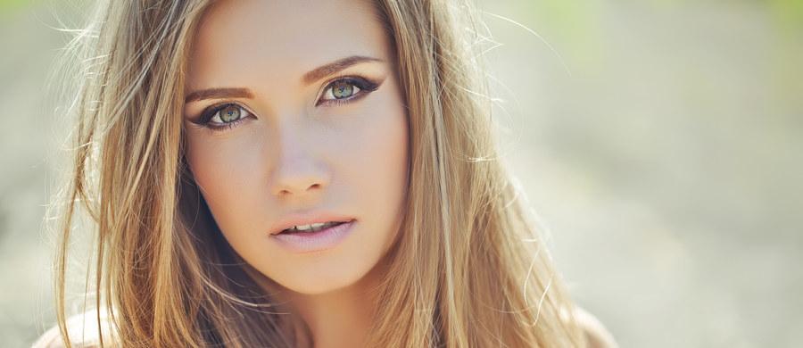 Przebarwienia na twarzy to pamiątka, którą bardzo często przywozimy ze sobą z wakacji. Brak skutecznej ochrony przeciwsłonecznej podczas opalania, zaburzenia gospodarki hormonalnej, ciąża czy menopauza - czynniki te, w połączeniu z intensywnym promieniowaniem słonecznym, stanowią najczęstsze przyczyny powstawania przebarwień na twarzy.