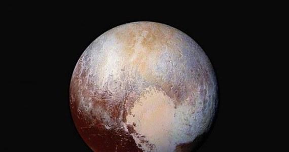 """Spór o to, czy Pluton jest dziewiatą planetą Układu Słonecznego, czy też jedną z tak zwanych planet karłowatych, ma szansę znów się rozpalić. Wszystko za sprawą artykułu naukowców z kilku amerykańskich instytutów badawczych, którzy na łamach czasopisma """"Icarus"""" przekonują, że decyzja o odebraniu Plutonowi miana planety była niesłuszna. Eksperci Międzynarodowej Unii Astronomicznej uznali w 2006 roku, że Pluton nie spełnia koniecznych warunków między innymi dlatego, że nie dominuje grawitacyjnie na całej swej orbicie i nie oczyścił jej z innych, względnie masywnych obiektów. Autorzy najnowszej publikacji twierdzą, że to kryterium nie ma żadnego naukowego uzasadnienia."""