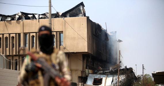 W piątek wieczór doszło do silnej eksplozji w ogarniętej protestami społecznymi Basrze - podała prywatna, arabskojęzyczna stacja telewizyjna Al-Sumaria. Przyczyna wybuchu jest nieznana. Według telewizji Al-Arabija eksplozja miała miejsce przy szpitalu Taalimi.