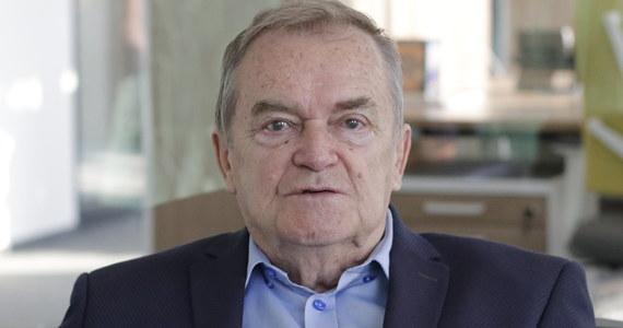 """Polskim sądom nie grozi paraliż - przyznał sędzia KRS Wiesław Johann, Gość Krzysztofa Ziemca w RMF FM, zapytany o kolejne przypadki pytań prejudycjalnych kierowanych przez polskie sądy do Trybunału Sprawiedliwości Unii Europejskiej i możliwy paraliż sądownictwa. Sądy """"pracują normalnie, wykonują to, co do sądów należy"""" - podkreślił . Zdaniem doradcy Andrzeja Dudy, """"wymiar sprawiedliwości poradzi sobie z tymi wszystkimi meandrami, z którymi mamy w tej chwili do czynienia"""". Pytany przez Krzysztofa Ziemca o to, czy sam wysłałby pytania prejudycjalne do TSUE, odparł: """"Nie"""". """"Jeżeli my będziemy biegali z najprostszymi sprawami do TSUE czy do Trybunału w Strasburgu, to jest to głębokie nieporozumienie"""" - ocenił."""