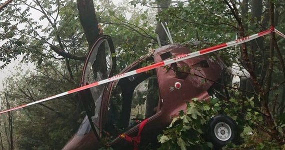 Wypadek lotniczy w Wilkowicach w Śląskiem. Na ziemię spadł tam wiatrakowiec. Dwie osoby zostały ranne.
