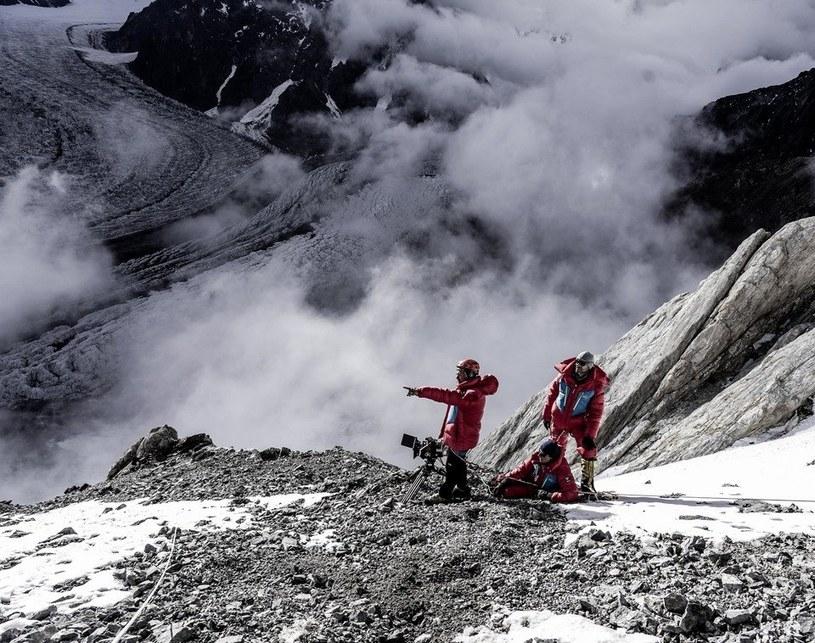 """Jak się kręci film fabularny na wysokości 5600 m n.p.m.? Jednym z niewielu reżyserów znających odpowiedź na to pytanie jest Leszek Dawid, który w górach Karakorum realizował pierwszą część zdjęć do filmu """"Broad Peak"""". Kolejny etap prac nad opowieścią o polskim himalaiście, Macieju Berbece, ruszył z początkiem września."""