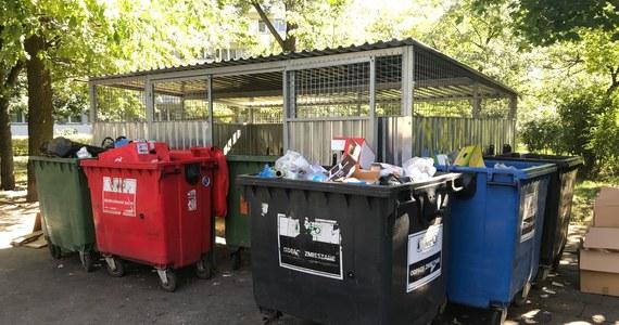 Śmieciowa rewolucja wkracza do Warszawy. Od przyszłego roku mieszkańcy stolicy będą segregować odpady nie jak teraz na trzy, ale na pięć tak zwanych frakcji. Pojawi się nowa frakcja: odpady biodegradowalne - zupełnie inna niż śmieci zmieszane. Władze miasta  ogłosiły już przetarg na wywóz odpadów ze stolicy.