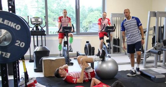 Polscy siatkarze zaliczyli pierwsze treningi w Warnie, gdzie od środy będą rywalizować w pierwszej rundzie mistrzostw świata. Biało-czerwoni padli w pierwszej części dnia ofiarą wpadki organizatorów i z tego powodu z zajęć na siłowni wracali...taksówkami.