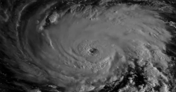 Nawet milion ludzi z wybrzeża Karoliny Południowej będzie musiało opuścić swoje domy przed nadciągającym huraganem Florence. Decyzję o przymusowej ewakuacji podjął gubernator tego stanu. Zmierzający w kierunku USA huragan przybrał w poniedziałek gwałtownie na sile i obecnie ma już kategorię czwartą w pięciostopniowej skali Saffira-Simpsona. Wiatr wieje z prędkością 195 km/godz., a w trzech stanach obowiązuje stan wyjątkowy.