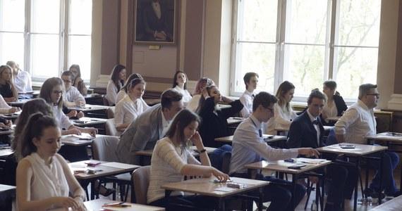 Świadectwo dojrzałości uzyskało 86 proc. tegorocznych absolwentów szkół ponadgimnazjalnych - podała Centralna Komisja Egzaminacyjna, uwzględniając wyniki egzaminów w sesji majowej, dodatkowej czerwcowej i poprawkowej w sierpniu.
