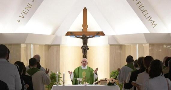 W instytucjach hierarchicznych - a taką jest ponad wszelką wątpliwość także Kościół rzymsko-katolicki - możliwa jest, a nawet potrzebna ożywiona dyskusja nad zasadniczymi zagadnieniami, które nurtują je w danym momencie dziejowym, ale na końcu decyzję zawsze podejmuje jednoosobowo przełożony i to on ponosi za nią odpowiedzialność oraz konsekwencje.