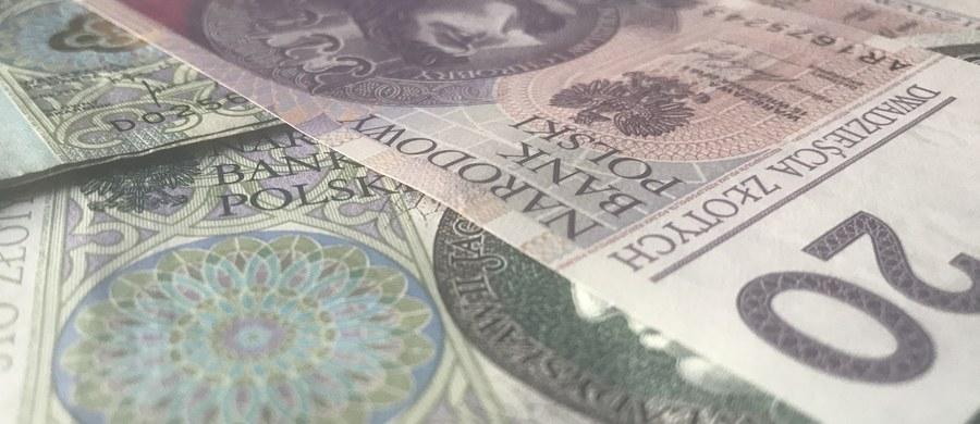 """Oszuści wyłudzili w ostatnich dniach od mieszkańców Przemyśla ponad 64 tysiące złotych metodą """"na policjanta"""" i """"na wnuczka"""". Ich celem są przede wszystkim osoby starsze."""