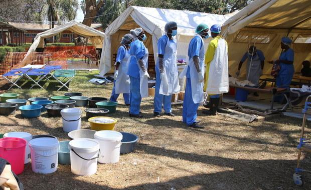 W ciągu tygodnia w stolicy Zimbabwe Harare zmarło na cholerę 21 osób. Potwierdzono też 3067 przypadków zachorowań. Epidemia rozprzestrzenia się na inne rejony miasta, dlatego wprowadzony został stan wyjątkowy.