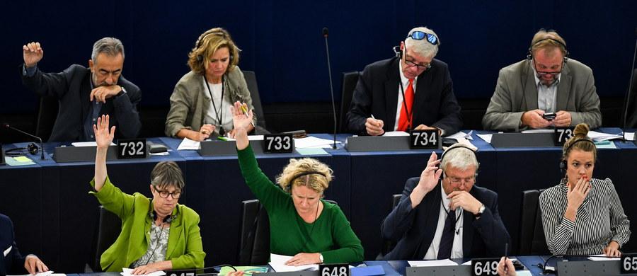 Rząd węgierski uważa decyzję Parlamentu Europejskiego o przyjęciu rezolucji ws. Węgier za nieważną i analizuje obecnie niezbędne kroki prawne – napisali w oświadczeniu węgierscy delegaci w Europejskiej Partii Ludowej (EPL). Rezolucja wzywająca do uruchomienia art. 7 traktatu unijnego wobec Węgier została przyjęta 448 głosami za przy 197 przeciwnych i 48 wstrzymujących się. Głosów wstrzymujących się nie uwzględniono w wyliczaniu wyniku.