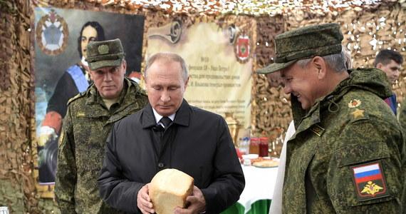 """Prezydent Władimir Putin powiedział w czwartek, obserwując manewry wojskowe Wostok-2018, że Rosja nadal będzie rozwijać siły zbrojne, aby bronić swej suwerenności. Zapewnił, że Rosja jest państwem pokojowym i """"nie ma i nie może mieć"""" agresywnych planów."""