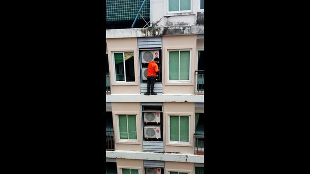 Przerażający moment uchwycony na kamerze. Pracownik naprawiał klimatyzator stojąc bez zabezpieczeń na gzymsie.