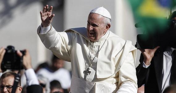 """Papież Franciszek powiedział, że skandal pedofilii to """"otchłań"""", w jakiej znalazł się Kościół. Podczas spotkania z biskupami z różnych krajów zwrócił uwagę na """"milczenie Boga"""" w obliczu nadużyć. W przemówieniu do 44 nowo powołanych ostatnio biskupów Franciszek zaapelował: """"Zalecam wam szczególną uwagę wobec duchowieństwa i seminariów. Nie możemy odpowiedzieć na wyzwania, jakie mamy w stosunku do nich bez poprawy procesów selekcji, towarzyszenia, oceny""""."""