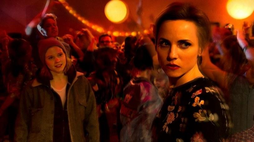 """""""Nina"""" stanowi kolejne podejście polskich filmowców do tematyki LGBT. Dotychczasowe próby  były przyjmowane przez krytykę niejednoznacznie, by wspomnieć tylko recenzje pojawiające się po premierach """"W imię..."""" Małgorzaty Szumowskiej czy """"Płynących wieżowców"""" Tomasza Wasilewskiego. Z rozmów wiem, że debiut Olgi Chajdas także wywołał skrajne opinie. Część festiwalowej publiczności przyklasnęła jej wizji, inni odrzucili niemal każdą decyzję artystyczną podjętą przez reżyserkę. Ja, niestety, zaliczam się do tej drugiej grupy."""