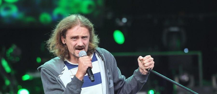 """Zwycięzca programu """"X Factor"""" Gienek Loska jest w śpiączce po wylewie krwi do mózgu. Przyjaciele artysty organizują akcję zbierania pieniędzy na niezbędną rehabilitację."""