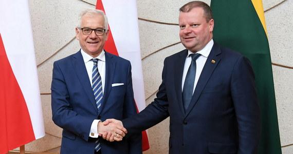 Szef MSZ Jacek Czaputowicz zaapelował w wywiadzie dla agencji BNS o zniesienie progu wyborczego dla organizacji mniejszości narodowych w wyborach parlamentarnych na Litwie. Według niego, pozwoli to wyeliminować współpracę polskiej partii na Litwie z organizacjami rosyjskimi.