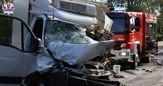 8 osób pozostaje w szpitalach po czwartkowym wypadku w Garbowie na Lubelszczyźnie. Samochód dostawczy zjechał tam na przeciwległy pas i uderzył w busa. Jedna osoba zginęła, a 16 zostało rannych. Prokuratura wszczęła śledztwo ws. nieumyślnego sprowadzenia katastrofy w ruchu lądowym.
