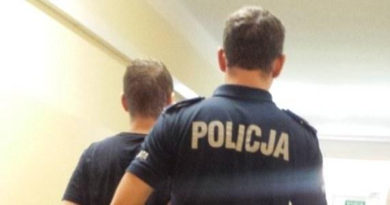 Kolejny policjant został pobity w Warszawie. W Ursusie interweniował w autobusie w obronie 74-letniego pasażera zaczepianego przez dwóch młodych mężczyzn. 23 i 27-latek zaczęli bić i kopać funkcjonariusza. Napastników udało się zatrzymać.