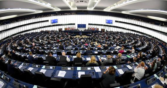 Komisja Wolności Obywatelskich, Sprawiedliwości i Spraw Wewnętrznych PE, która w przyszłym tygodniu planuje przyjazd do Polski, by zbadać kwestie praworządności, ma problemy z organizacją spotkań – usłyszała korespondentka RMF FM od rozmówców w Parlamencie Europejskim. Europosłowie uważają, że władze w Warszawie nie zapewniają im spotkań na odpowiednio wysokim szczeblu. Delegacja ma przyjechać do Warszawy 19-21 września. Natomiast polscy dyplomaci są zdziwieni skargami.
