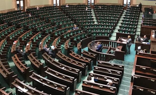 Gdyby wybory parlamentarne odbywały się we wrześniu PiS (wraz z Solidarną Polską i Porozumieniem) uzyskałoby 43 proc. poparcia osób deklarujących udział w głosowaniu; na PO zagłosowałoby 18 proc., na ruch Kukiz'15 - 7 proc.; do Sejmu weszłyby tylko trzy ugrupowania - wynika z sondażu CBOS.
