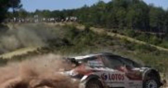 Pechowa piątkowa awaria samochodu nie zdeprymowała Kajetana Kajetanowicza, który podczas drugiej pętli pokazał szybką i pewną jazdę. Kierowca LOTOS Rally Team dwukrotnie wywalczył drugi czas na odcinkach specjalnych w kategorii WRC2 i awansował na czwarte miejsce w łącznej klasyfikacji. Powracająca po ośmiu latach przerwy turecka runda Rajdowych Mistrzostw Świata już podczas pierwszego etapu pokazała swoje najtrudniejsze cechy. Pilotowany przez Macieja Szczepaniaka trzykrotny Mistrz Europy utrzymał jednak koncentrację i pewność siebie, zmniejszając różnicę, która dzieli go od podium. Jutro stanie do dalszej walki z międzynarodową konkurencją.