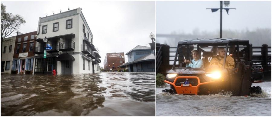 Co najmniej 5 ofiar śmiertelnych i wielu rannych - to najnowszy tragiczny bilans uderzenia Florence w amerykańskie Wschodnie Wybrzeże. Żywioł osłabł - nie jest już huraganem, a burzą tropikalną - ale wciąż jest ogromnie niebezpieczny. Problemem są powodzie i ulewne deszcze.
