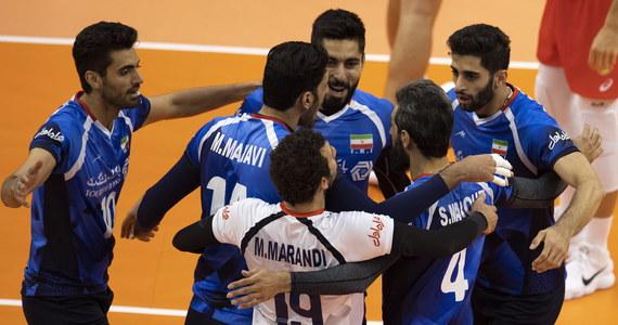 Irańscy siatkarze pokonali w Warnie Kubańczyków 3:1 (17:25, 25:18, 25:22, 25:19) w sobotnim meczu mistrzostw świata i zapewnili sobie awans do drugiej rundy imprezy..