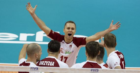 Broniący tytułu polscy siatkarze pokonali w Warnie Finów 3:1 (25:20, 26:28, 25:20, 25:15) w meczu grupy D mistrzostw świata organizowanych przez Bułgarię i Włochy. Mający po trzech kolejkach na koncie komplet zwycięstw biało-czerwoni są już pewni awansu do drugiej rundy.