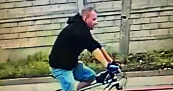Policjanci z Chorzowa szukają mężczyzny, który 19 lipca zaatakował 68-letnią mieszkankę miasta. Funkcjonariusze opublikowali wizerunek napastnika.
