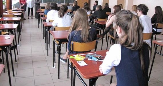"""Od lat RMF FM i """"Dziennik Gazeta Prawna"""" pomagały uczniom trzecich klas gimnazjalnych sprawdzić wiedzę przed testem kończącym ten etap nauki. W 2019 roku egzamin gimnazjalny odbędzie się po raz ostatni. W najbliższych dniach do wydań """"DGP"""" będą dołączane przykładowe testy."""