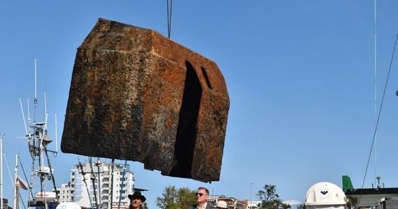 Olbrzymią osłonę działa wydobyli z leżącego na dnie Bałtyku wraku nurkowie z Kołobrzegu. Rok temu z jednostki oznaczonej jako F193 udało wyciągnąć się stuletnią armatę, teraz ponownie zeszli pod wodę.