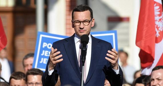 """Obóz rządzący """"przebudowuje"""" Polskę, żeby nie było wykluczenia społecznego, żeby nie było takiego ubóstwa, jak było w czasach poprzedników - konstytucja tego zabraniała; to my przestrzegamy najbardziej konstytucji - mówił premier Mateusz Morawiecki w Stargardzie."""