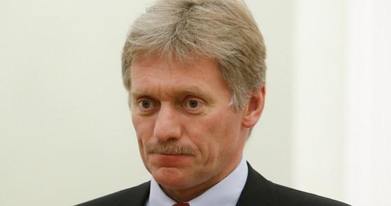 """Mężczyźni podejrzewani o atak na Siergieja Skripala nie mają """"nic wspólnego"""" z prezydentem Rosji Władimirem Putinem czy Kremlem - oświadczył rzecznik Kremla Dmitrij Pieskow. Brytyjskie dzienniki podały, że są oni powiązani z rosyjskim resortem obrony."""