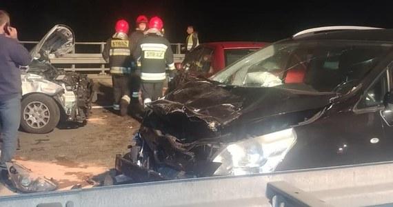 Jedna osoba nie żyje, a 7 jest w szpitalach po karambolu, do którego doszło w niedzielę późnym wieczorem na drodze ekspresowej S1 w Jaworznie w Śląskiem. Prawdopodobną przyczyną był gęsty dym, który utrudniał widoczność do tego stopnia, że auta zaczęły na siebie najeżdżać.