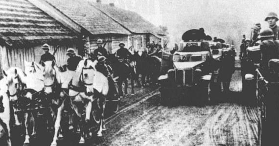 79 lat temu, 17 września 1939 r., łamiąc obowiązujący polsko-sowiecki pakt o nieagresji, Armia Czerwona wkroczyła na teren Rzeczypospolitej Polskiej, realizując tym samym ustalenia zawarte w tajnym protokole paktu Ribbentrop-Mołotow. Konsekwencją sojuszu dwóch zbrodniczych totalitaryzmów był rozbiór osamotnionej w walce Polski.
