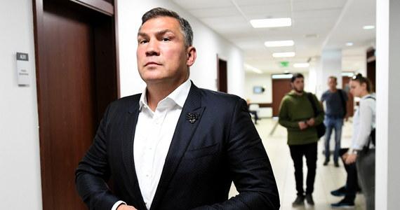 """Dariusz Michalczewski uznany za winnego naruszenia nietykalności cielesnej swojej żony i znieważenia jej - donosi reporter RMF FM Kuba Kaługa. Wyrok ws. zajścia z grudnia 2016 roku zapadł właśnie w sądzie w Gdańsku. Były bokser ma zapłacić 3 tysiące złotych grzywny. On sam tuż po ogłoszeniu wyroku powiedział dziennikarzom, że """"to jest jakiś absurd"""", i zapewniał, że nigdy nie uderzył swojej żony. Pytany, co w takim razie wydarzyło się 21 grudnia 2016, odparł: """"Pokłóciliśmy się. Żona pocięła mi dowód - ja wyjeżdżałem akurat - a ja rzuciłem dziadkiem do orzechów w szybę i zbiła się szyba. No i z tego wyszła awantura""""."""