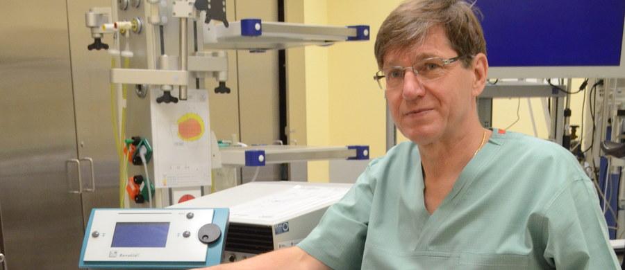 """Nowoczesny laser """"Revolix"""", trafił do krośnieńskiego szpitala. Sprzęt warty 700 tysięcy złotych pomocny będzie przy operowaniu pacjentów z różnymi schorzeniami. Jest to pierwsze takie urządzenie w naszym kraju."""