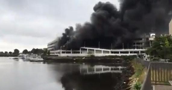 Ogromny pożar na terenie parkingu centrum handlowego Kings Plaza na Brooklynie w Nowym Yorku. Płoną samochody znajdujące się na dwóch piętrach garażu. Na miejsce wysłano około 200 strażaków. Lokalne media informują, że już kilkanaście osób - głównie strażaków - wymagało pomocy z powodu zatrucia dymem. Teren wokół budynku został zamknięty.