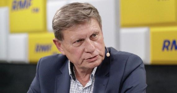"""""""Gdyby było wcześniejsze zobowiązanie, że nie będzie całego pasma nieprzerwanych kłamstw"""" - tak prof. Leszek Balcerowicz odpowiedział w Popołudniowej rozmowie w RMF FM na pytanie, czy byłby gotów przystąpić do polityczno-gospodarczej debaty z premierem Mateuszem Morawieckim. Następnie zaś wyjaśnił, o jakie kłamstwa chodzi: """"Dotyczące albo elementarnych faktów, że jakoby poprzednicy PiS-u niczego nie zbudowali, jak i bardziej wyrafinowane czy perfidne: np. haniebna - to trzeba powiedzieć - kampania Morawieckiego i PiS-u, która polegała na tym, że wyciągnęli faktyczny lub rzekomy przypadek jakiegoś ekscesu sędziego i uogólnili to na wszystkich sędziów, nazywając ich zdrajcami i złodziejami. Z takim człowiekiem nie będę debatować""""."""