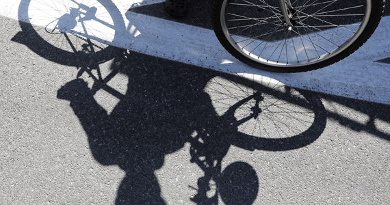 Kompletnie pijany rowerzysta spowodował w Sierakowie w Śląskiem kolizję z dwoma samochodami. Mężczyzna miał w organizmie prawie 4 promile alkoholu.