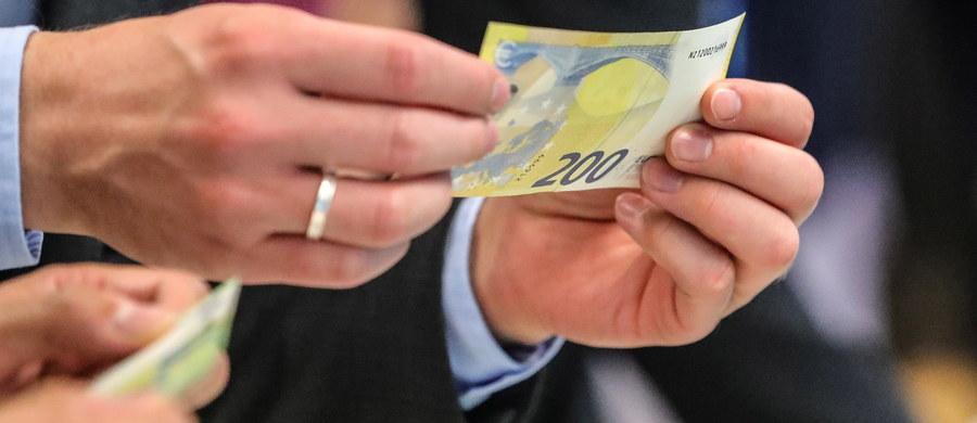 Nowe banknoty o nominale 100 i 200 euro pokazane przez Europejski Bank Centralny we Frankfurcie nad Menem mają udoskonalone zabezpieczenia i inną wielkość. Będzie łatwiej schować je do portfela, kiedy pojawią się w obrocie 28 maja 2019 roku.