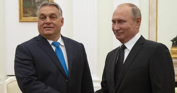 """Węgry są jednym z kluczowych partnerów Rosji w Europie - ocenił we wtorek prezydent Władimir Putin na spotkaniu w Moskwie z premierem Węgier Viktorem Orbanem. Putin podkreślił, że relacje obu krajów rozwijają się """"praktycznie we wszystkich kierunkach"""". Putin wymienił m.in działalność dwustronnej komisji międzyrządowej i kontakty pomiędzy regionami obu krajów. Wskazał, że wartość wzajemnych inwestycji wyniosła około 1 mld USD. """"Realizowane są dobre, perspektywiczne, duże projekty"""" - wskazał."""