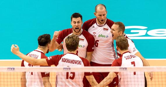 Broniący tytułu polscy siatkarze pokonali w Warnie Bułgarów 3:1 (25:14, 23:25, 25:22, 25:23) w ostatnim meczu grupy D mistrzostw świata. Biało-czerwoni, którzy zanotowali komplet zwycięstw, awansowali do drugiej rundy z pierwszego miejsca w tabeli.