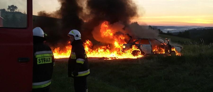 Jedna osoba została poszkodowana w pożarze samochodu w miejscowości Czaszyn w województwie podkarpackim. W aucie zablokowały się zamki, co uniemożliwiło kierowcy ucieczkę.