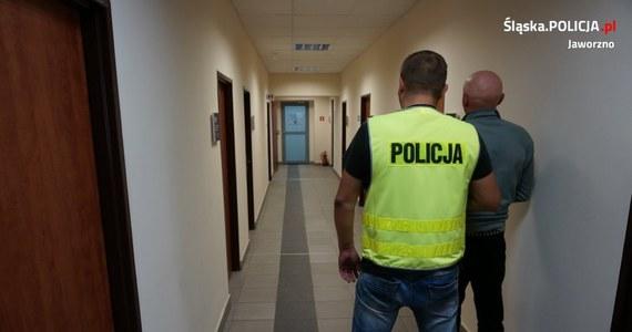 Rozbity radiowóz, dwaj policjanci na zwolnieniu lekarskim i zagrożenie nawet 10-letnim więzieniem dla sprawcy. Takie są skutki napaści na policjantów w Jaworznie w Śląskiem. Trzeba było użyć siły, żeby obezwładnić agresywnego napastnika.